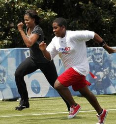 Michelle Obama fitness: First lady Michelle Obama runs a sprint Michelle Obama, First Black President, Mr President, Barack Obama Family, Obamas Family, Presidente Obama, American First Ladies, Lets Move, Black Presidents
