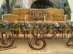 decoración de mesa de novios con back de pacas de paja.
