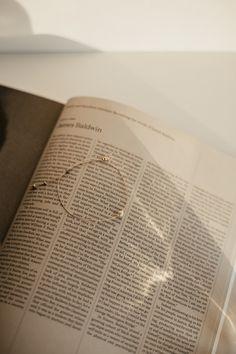 Dziewczyny! Dzisiaj napiszemy więcej o bransoletce, ktora jest częścią naszego dziewczyńskiego zestawu :) Bransoletka została zaprojektowana specjalnie dla nas przez polską markę LEI handmade.Jest wykonana na wytrzymałej nitce jubilerskiej. Jej regulowane zapięcie pozwala na idealne dopasowanie do nadgarstka. Duża kulka to howlit - kamień półszlachetny zapewniający spokój, czułość i otwartość. Złote kulki, które ozdabiają bransoletkę to szkło japońskie. #polskamarka #prezentdlaniej