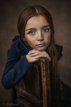 Unnamed Art Photography Portrait, Portrait Poses, Portrait Art, Children Photography, Creative Portraits, Studio Portraits, Jolie Photo, Portrait Inspiration, Rembrandt