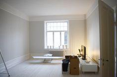 Snyggt med vitlutat golv, grå väggar och höga (fejk-)golvlister!