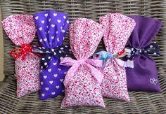 Hallo ihr Lieben,   wie versprochen folgt nun eine kleine Anleitung zum Nähen von Lavendelsäckchen.  Diese zu nähen ist eine tolle Möglichke...