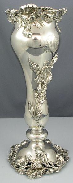 Váza * stříbrná s aplikovanou trojrozměrnou květinou z doby secese.