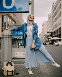 white top tucked in pastel blue pleated pants, oversized denim shirt as outerwear (pelin_sarkaya) - Hijab Clothing Ootd Hijab, Hijab Chic, Hijab Mode, Casual Hijab Outfit, Hijab Dress, Denim Top Outfit, Wide Pants Outfit, Hijab Jeans, Dress Ootd