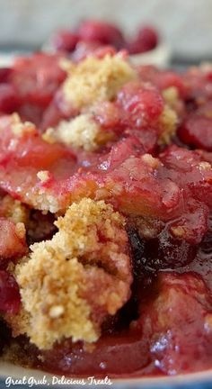 Cranberry Apple Crisp is a delicious crisp recipe loaded with cranberries and apples, topped with a deliciously crispy crisp topping and is a favorite holiday dessert recipe. Easy Desserts, Delicious Desserts, Dessert Recipes, Yummy Food, Cake Recipes, Cranberry Dessert, Apple Crisp Recipes, Thanksgiving Desserts, Thanksgiving 2020
