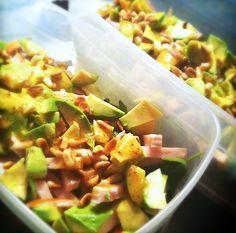 Salade met avocado en gerookte kip