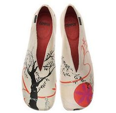 Japan-inspired shoe designed by Tatiana Sarasa, a Spanish artist who is popular in Japan.  (my kind of shoe! no  more pointed toe shoes!)