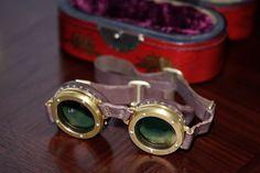 Steampunk - Imagens no TecMundo ---Óculos de iris óculos com um diafragma em iris semelhante aos das câmeras fotográficas. Suas lentes se adaptam à iluminação, escurecendo quando em locais muito claros.