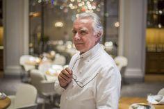 Alain Ducasse né le 13 septembre 1956 à Orthez (Pyrénées-Atlantiques) est un chef cuisinier français aujourd'hui de nationalité monégasque. Ce Gascon méditerranéen de cœur trois fois trois étoiles au Guide Michelin avec Le Louis XV à lhôtel de Paris Monte-Carlo (en 1990) le Alain Ducasse au Plaza Athénée à Paris (en 1997) et le Alain Ducasse at The Dorchester à Londres (en 2010) est président de Châteaux et Hôtels Collection depuis 1999 (près de 700 établissements) et dirigeant homme…