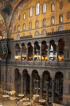 Interior-da-Basílica-de-Santa-Sofia. Tribuna o Gineceo es herencia de las basílicas paleo cristianas en las que se ubicaban las mujeres, matroneum.