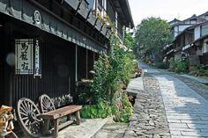 馬籠作為文豪島崎藤村的誕生地而遠近馳名。島崎藤村的代表作--《拂曉前》是一部以島崎藤村的父親為典型人物,並以馬籠為舞臺的小說。所以馬籠有藤村紀念館等很多與藤村有關的景點。此外,約600米長的石板路上林立著令人想起宿場町時代的民房、土特產店和客棧。在散步途中,邊走邊吃也不失為一種樂趣。http://tasteoflifemag.com/travel/experience-gifu