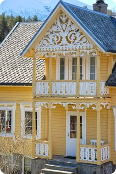 A beautiful Victorian cottage This Old House, Cute House, Yellow Cottage, Yellow Houses, Victorian Architecture, Cottage Homes, Victorian Homes, Victorian Porch, Victorian Cottage