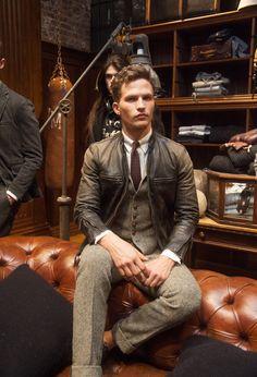 Tweed - klassisch mit Schlips und Kragen - und braunes, kerniges Leder. | Polo Ralph Lauren