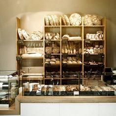 Köstliche Auswahl an frischem Brot, Brötchen und Schnecken bei Zeit für Brot auf der Alten Schönhauser Straße | www.cremeguides.com