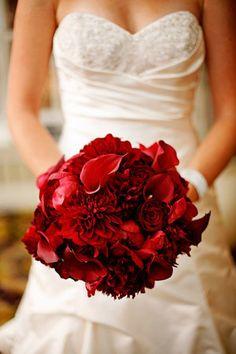 Bouquet mariee rouge bordeaux, fleurs rouge vif, roses, callas, dahlias