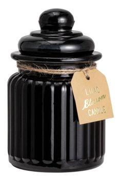 Vela aromática en frasco: Vela aromática en recipiente de vidrio envejecido con tapa hermética. Debido al acabado envejecido, el aspecto puede variar ligeramente de una a otra. Diámetro 7 cm. Alto 12,5 cm. Duración aprox. 45 horas.