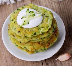 This page contains veggie pikelets (fritters) recipes. Making fritters can be a delicious way to get someone to eat their vegetables. Baby Food Recipes, Cooking Recipes, Eid Food, Zucchini Pancakes, Healthy Snacks, Healthy Recipes, Hungarian Recipes, Fritters, Vegetable Recipes