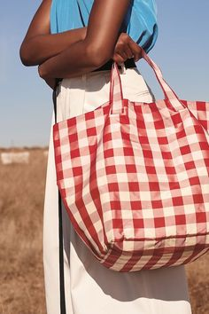 Inspired by the clean lines and carrying convenience of a market bag, this spacious nylon tote in classic gingham checks can accommodate all the essentials. Summer Tote Bags, 2 Logo, Linen Bag, Nylon Tote, Fraternity Collection, Fabric Bags, Fabric Basket, Market Bag, Cotton Bag