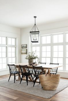 Minimalist dining room table decor with black chairs - Modern Kitchen Room Design, Dining Room Design, Room Kitchen, Kitchen Dining Living, Family Kitchen, Kitchen Chairs, Dining Room Table Decor, Room Decor, Dining Room Windows