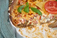Tacopaj, den bästa och godaste. En krämig tacopaj fylld med tacosmak, tomater och massa annat härligt. Förbered genom att göra skalet dagen innan.