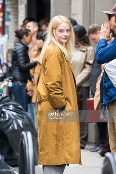 """Emma Stone smiled for cameras on set of her new Netflix series """"Maniac"""" in New York on May The limited series will also star Jonah Hill. Emma Stone Blonde, Photos Of Women, Girl Photos, Emma Stone Makeup, Ema Stone, Cultura Pop, Hollywood Celebrities, New Wardrobe, Celebrity Style"""