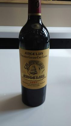 Le millésime 2007 de #ChâteauAngélus: couleur pourpre, belle. Nez fruité, discret, de type mûr. Entrée en bouche quasi onctueuse et dense. Le vin se développe très, très fruité avec du goût, de la chair et un beau milieu de bouche. Finale tannique, enveloppée, grasse, assez puissante mais aussi aromatique. Il est un des rares vins à avoir une grande longueur cette année.