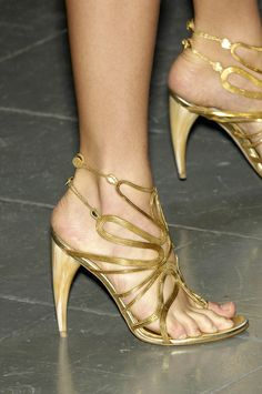 Alexander McQueen Gold Sandals. They make me speachless ... #Shoes #Runway