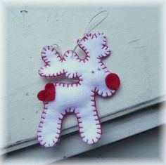 Vánoční ozdoba - sobík Vánoční ozdoby na stromeček či milý dáreček jsou vyrobeny z červeného a bílého filcu a vyplněny vatou. Výška ozdob je: sobík 9,5 cm. Zavěšeno na smetanové voskované šňůrce.