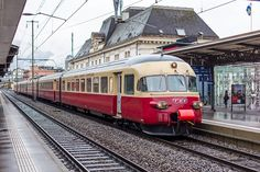Swiss Emu class Rae at Montreux (CH), now an heritage Emu - by Philippe Jeanmaire - april 2015 Europa Express, Japan Train, Station To Station, Railroad Pictures, Rail Transport, Bonde, Train Art, Oil Rig, Jolie Photo