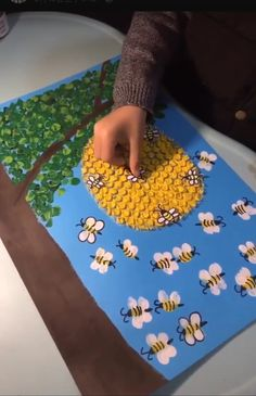 Easy Back to School Crafts for Kids to Make Bee Crafts, Diy And Crafts, Crafts For Kids, Arts And Crafts, Paper Crafts, Painting For Kids, Art For Kids, Kindergarten Art Projects, Biology Projects
