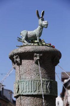 """Der """"Esel"""" aus den """"Shrek""""-Filmen schmückt seit Sonntag den Eselsbrunnen in Halle. Wer ihn dorthin gestellt hat, ist noch unklar."""
