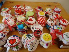 moederdag-knutselen: zakdoek versieren met textielsstift en om een potje met een paar snoepjes/bonbons