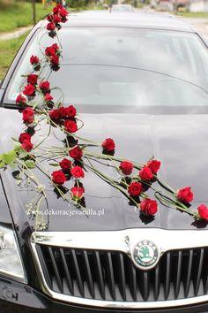 Dekoracja auta z czerwonymi różami