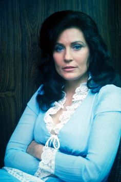 Country music singer and songwriter Loretta Lynn on her tour bus before a show on May 1976 in Rochester, New York. Get premium, high resolution news photos at Getty Images Country Music Artists, Country Music Stars, Country Singers, Cma Awards, Music Awards, Entertainer Of The Year, Loretta Lynn, Brad Paisley, Kenny Chesney