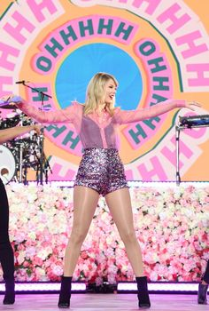 Taylor Swift took over Good Morning America on Thursday, and it looked like a huge party. Ahead of the release of her seventh album, Lover, the singer Taylor Swift News, Taylor Swift Hair, Taylor Swift Facts, Taylor Swift Pictures, Taylor Alison Swift, Red Taylor, Live Taylor, Bae, Taylor Swift Wallpaper