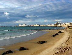ambas piedras son parte de la muralla de protección de Cádiz que fue construida en el siglo XVII y que se encuentran en la playa de Santa María