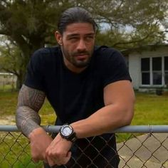 Roman Reigns looks amazing and gorgeous ❤