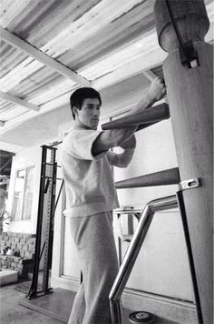 Bruce Lee working out on the Wing Chun dummy Bruce Lee Workout, Bruce Lee Training, Wing Chun Training, Jiu Jitsu, Bruce Lee Wing Chun, Kung Fu Hustle, Einstein, Bruce Lee Martial Arts, Wooden Dummy
