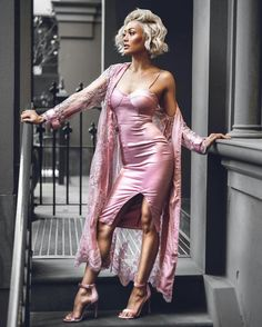 Casaco de tule bordado, bodycon rosa de seda com venda, sandália de tira rosa