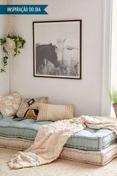 No ambiente com estilo boho, a daybed foi montada com dois colchões futon