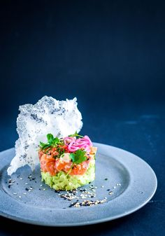 Laxtartar med avokadomousse samt krispigt rispapper – Mattugg Party Food And Drinks, Party Snacks, Good Food, Yummy Food, Always Hungry, Fish And Seafood, Fine Dining, Starters, Finger Foods