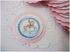 Tag feita em papel glossy com papel metalizado na cor rosa bebê, perfeita para encantar e valorizar todos os detalhes da sua festa. <br> <br>* Faço a primeira camada em outras cores, consulte-nos.