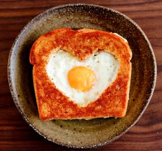 Healthy Valentine's Day Food Ideas - Valentine's Day Egg in a Basket Romantic Breakfast, Breakfast And Brunch, Perfect Breakfast, Romantic Food, Morning Breakfast, Breakfast Recipes, Romantic Recipes, Romantic Meals, Breakfast Healthy