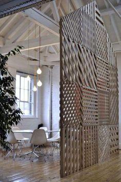 paravent de séparation original, plafond en poutres blanches