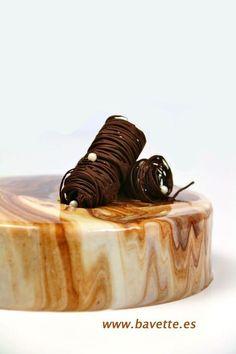 Tiramisu mousse cake with a marbled chocolate galcage Sweet Recipes, Cake Recipes, Dessert Recipes, Cake Cookies, Cupcake Cakes, Cupcakes, Decoration Patisserie, Tiramisu Cake, Mousse Cake