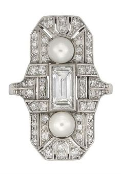 AN ART DECO PEARL AND DIAMOND PLAQUE RING.Circa 1925