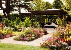 Englantilainen cottage garden eli mökkipuutarha syntyy käyttämällä reippaasti kukkia. Katso Viherpihan vinkit ja loihi omaan pihaasi mummolamaista kukkaloistoa!