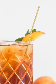 We're ringing in summer with this super refreshing and simple peach iced tea cocktail recipe! Iced Tea Cocktails, Cocktails For Parties, Fancy Drinks, Summer Drinks, Cocktail Drinks, Cocktail Recipes, Tea Drinks, Alcoholic Drinks, Peach Vodka