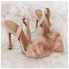 INSPIRATION: Lingerie & Fur http://www.lingerie-stylist.com/lifestyle/inspiration-lingerie-fur/