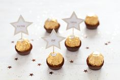 Christmas decor: 20 DIY place cards for a really hot table! Christmas And New Year, Christmas Time, Christmas Crafts, Merry Christmas, Holiday, Christmas Table Settings, Christmas Table Decorations, Deco Nouvel An, Deco Table Noel